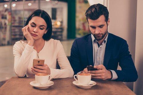 мобильный телефон и отношения